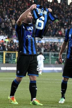 Brivio mostra la maglia di Bellini dopo il gol