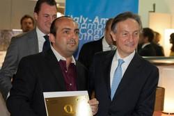 Quarato, a sinistra, riceve il premio dall'ambasciatore italiano a Washington Claudio Bisognero