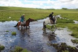 Capoferri attraversa  a cavallo un guado per raggiungere la terra degli Tsaatan