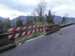 La strada di Bossico piene di buche