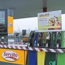 Benzinai, anno nero: 30 chiusure  I clienti pagano con le monetine