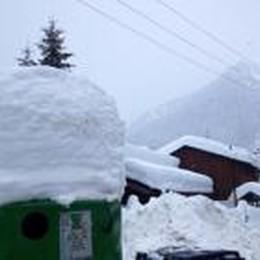 Foppolo isolata durante la notte  Sta nevicando, ma strada aperta