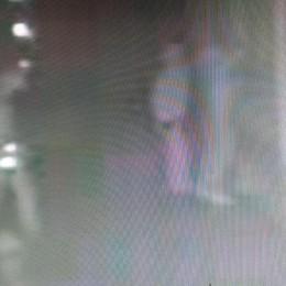 Scopre i ladri in casa del nipote  Ma lo minacciano: anziano fugge