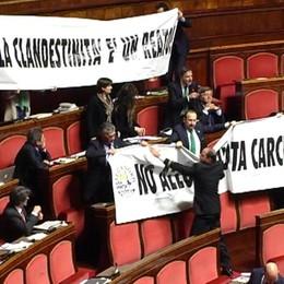 «La clandestinità è un reato»  La Lega protesta a Milano e Roma