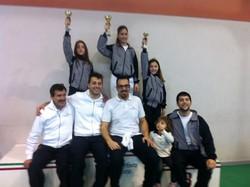 Il podio della categoria «Bambine» con i maestri