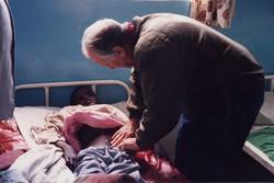 Lucio Parenzan cura un bambino in Africa