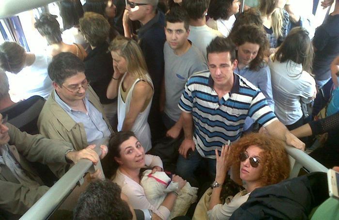Pendolari sul treno Bergamo-Milano