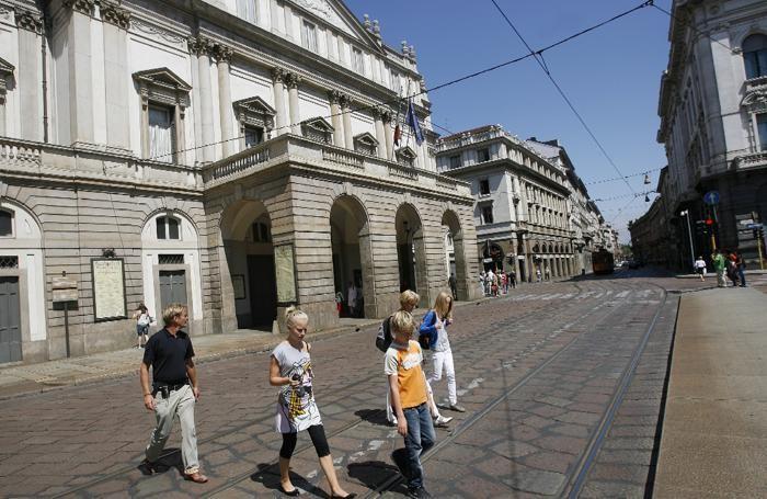 Turisti in piazza della Scala a Milano