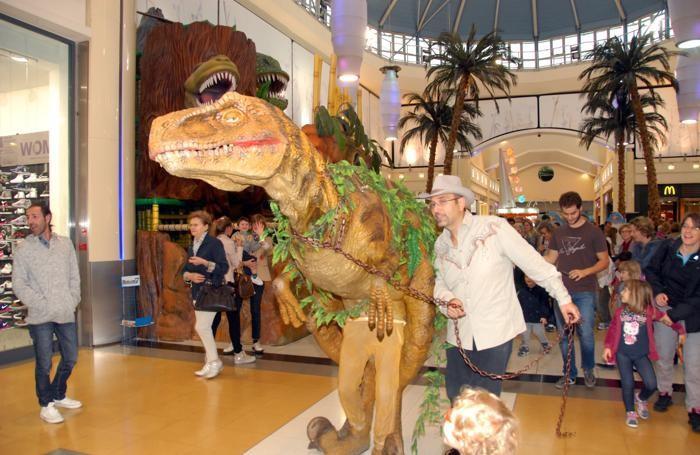 Il dinosauro Dino al centro commerciale di Curno.