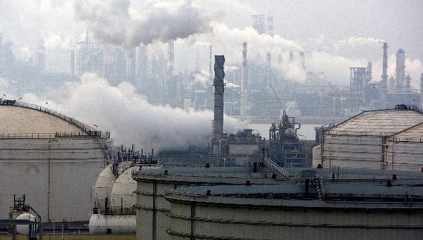 Petrolio: giù a 83,1 dlr, minimi da 2012
