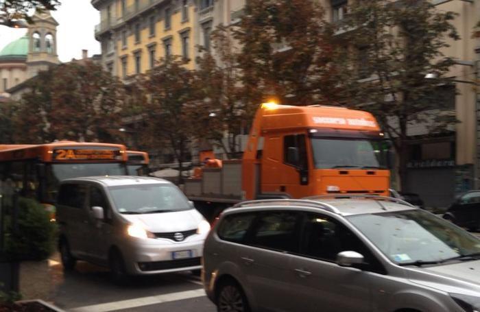 L'autobus in panne in viale Papa Giovanni XXIII