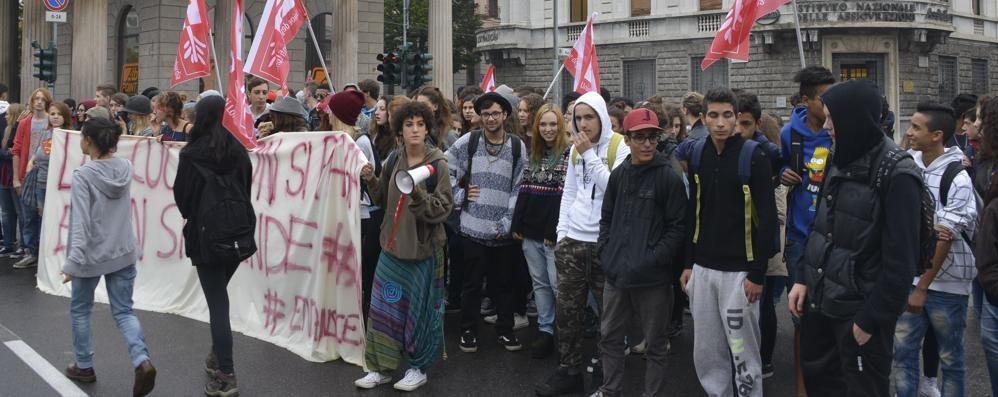 Studenti (pochi) in piazza Traffico rallentato in centro