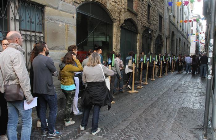 BergamoScienza , code per entrare al Teatro Sociale