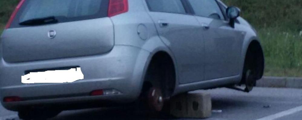 Dalmine, al parcheggio dell'A4 spariscono le ruote delle auto