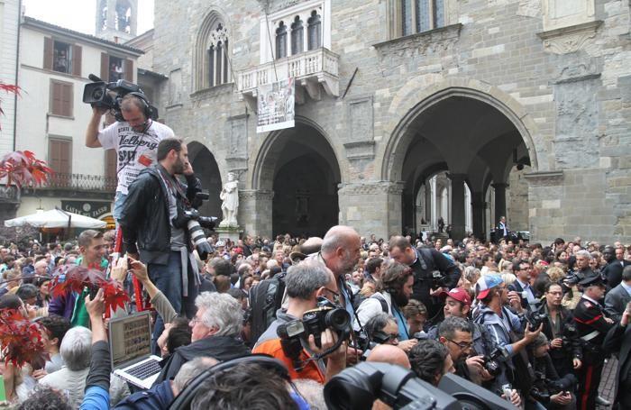 La folla per il matrimonio di Michelle e Tomaso