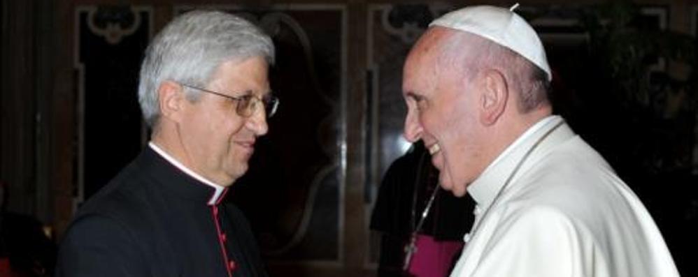 Monsignor Malvestiti in Vaticano Il Papa abbraccia il nuovo vescovo