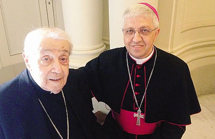 L'abbraccio del prelato bergamasco con il cardinale Silvestrini che nel 1994 lo accolse alla Congregazione delle Chiese orientali
