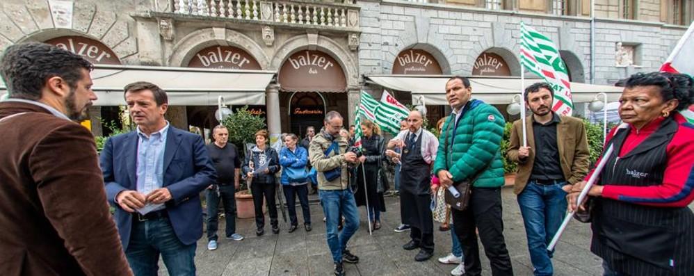 Balzer, i dipendenti in piazza «Ma sentiamo la città vicina»