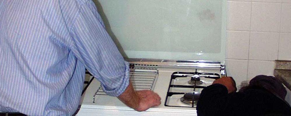 La truffa: «I gioielli nel congelatore» Falsi tecnici del gas ingannano anziani