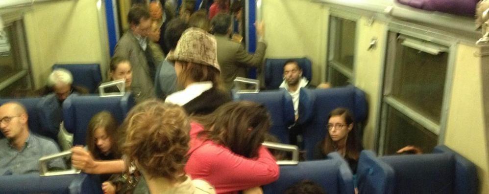 Pendolari ammassati sui treni Una giornata di ordinaria follìa