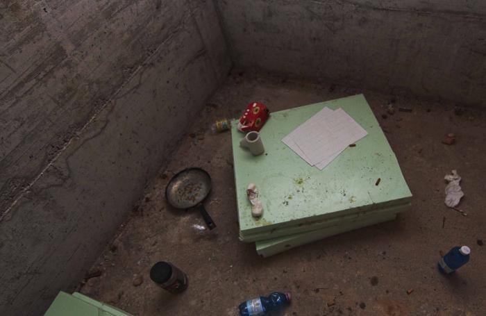 Le tracce di un rifugio di fortuna nel cantiere per l'ampliamento dell'istituto Galli, in via Gavazzeni