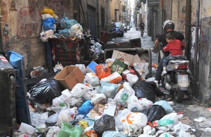 Rifiuti a Napoli durante l'emergenza