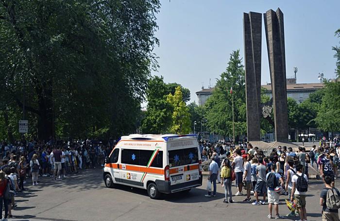 I soccorsi al giovane ferito in piazzale Alpini l'8 giugno scorso dopo il tuffo nella fontana