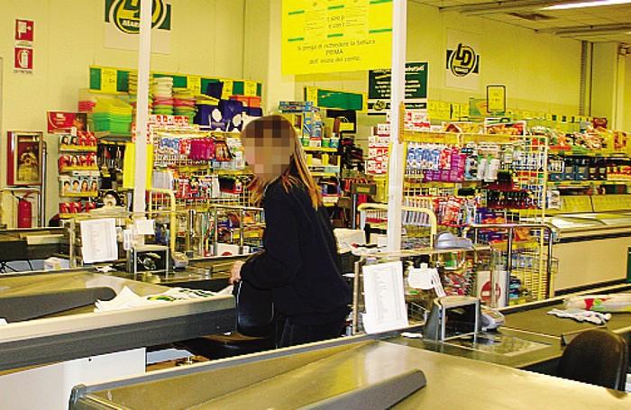 L'interno del supermercato: grande spavento per clienti e cassiere