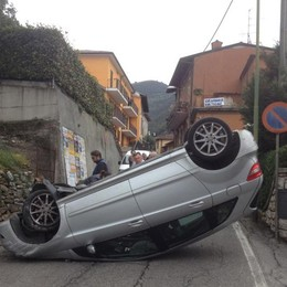 Urta un muro, l'auto si ribalta Circolazione paralizzata a Viadanica