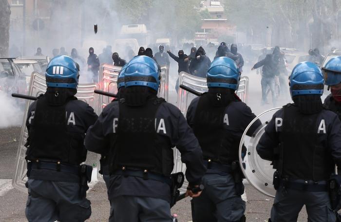 Scontri tra tifosi e polizia all'arrivo dei supporters del Verona lo scorso aprile