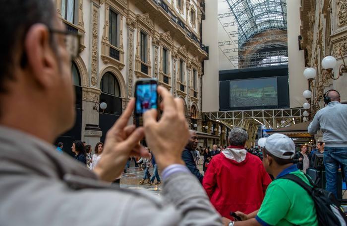 La proiezione della cerimonia di Beatificazione di Paolo VI in Galleria Vittorio Emanuele sulla impalcature dell'Impresa Percassi