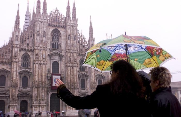 Milano, turisti sotto la pioggia