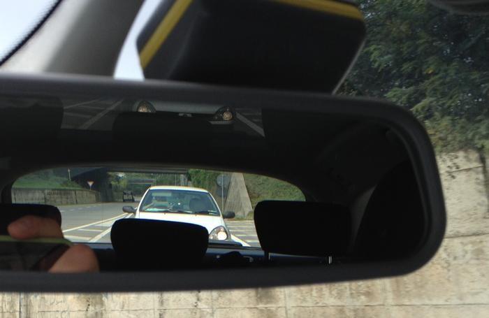 La foto scattata dallo specchietto retrovisore interno