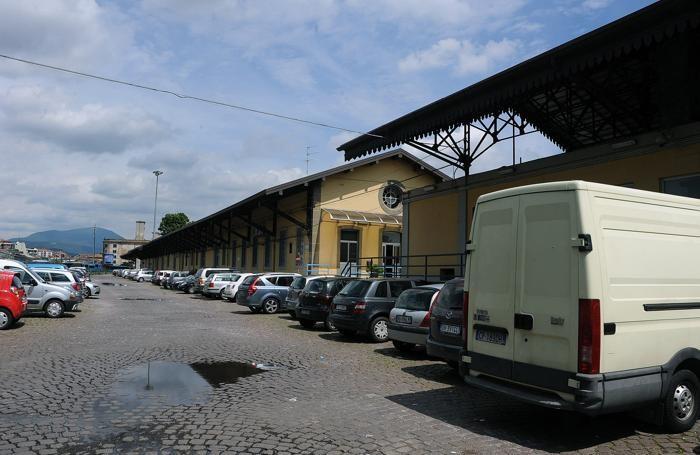 Il parcheggio allo scalo merci, proprietà di Sistemi Urbani, ora utilizzato dal personale delle Ferrovie