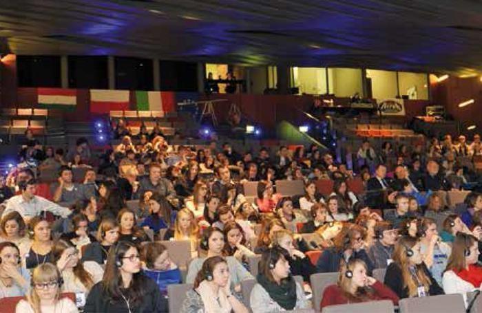 Sopra gli studenti partecipanti al Concorso 2012 in visita alla città di Bergamo. Qui gli studenti polacchi e ungheresi all'edizione 2013