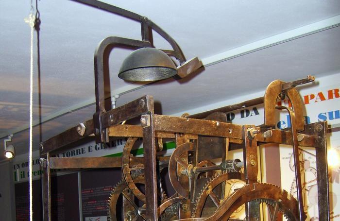 Il meccanismo di un antico orologio da torre