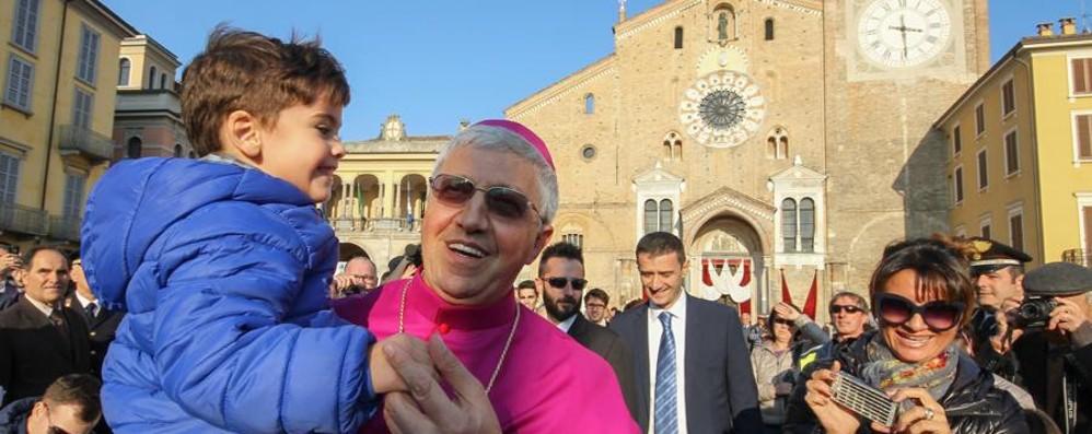 Il vescovo Malvestiti abbraccia  Lodi «Sono padre, pastore e fratello»