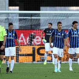 La delusione dell'Atalanta dopo il gol dell'1-0