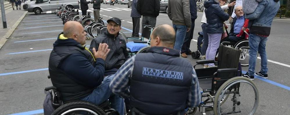 La carrozzine invadono i parcheggi Protesta dei disabili: «Torno subito»