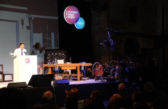 Il presidente del Consiglio, Matteo Renzi, durante il suo intervento alla kermesse Leopolda ANSA/MAURIZIO DEGL'INNOCENTI