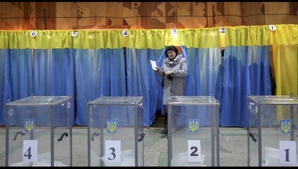 Ucraina: voto, affluenza dimezzata