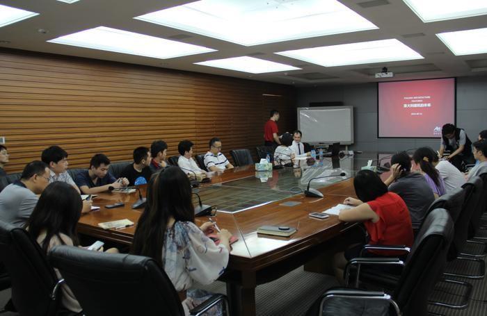 Stefano in fondo a sinistra con lo staff al tavolo delle riunioni a Shenzhen: è l'unico europeo