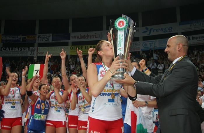 Paola Paggi riceve la Coppa per lo scudetto vinto nel 2005/06 contro Jesi