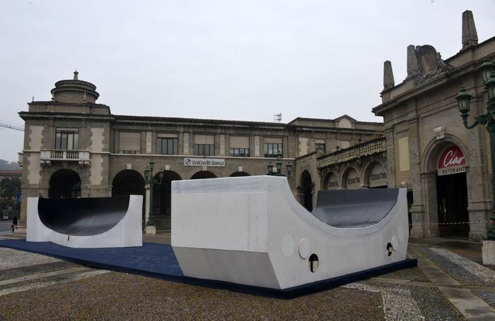 Iniziato l'allestimento di una prua di una barca in piazza Vittorio Veneto