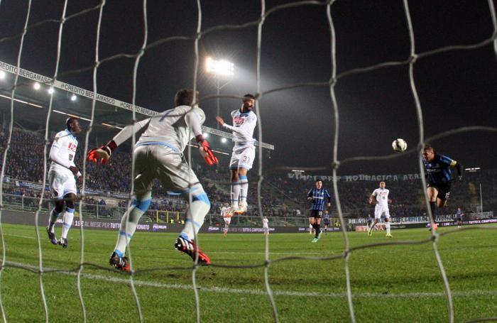 L'attaccante dell'Atalanta German Denis segna in tuffo il gol del momentaneo 1-0 contro il Napoli