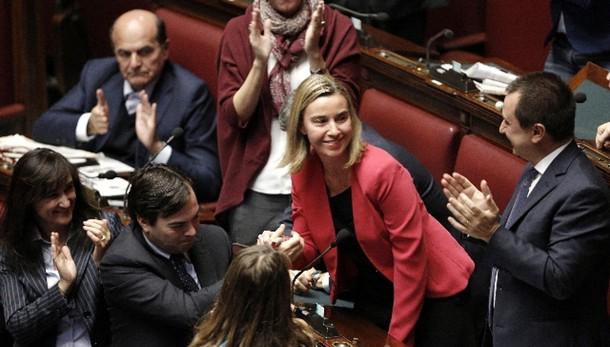 Mogherini lascia, applauso dalla Camera