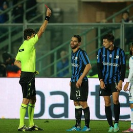 L'arbitro  Damato  espelle il centrocampista dell'Atalanta  Cigarini