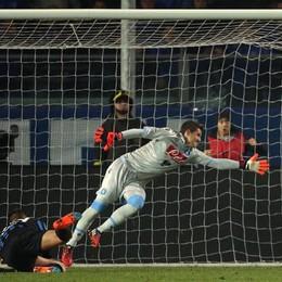 L'attaccante dell'Atalanta German Denis segna in tuffo il gol dell'1-0