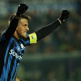 L'attaccante dell'Atalanta German Denis esulta dopo il gol