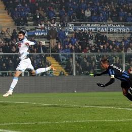 L'attaccante dell'Atalanta German Denis segna il gol dell'1-0